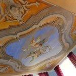ジュニアスイートの天井フレスコ画も美しい