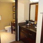 Туалетный столик и ванная