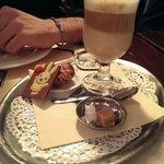 Desayuno con café blanco (café con leche)