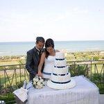 il taglio della torta vista mare