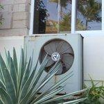 rostige Klimaanlage direkt am Pool
