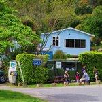 Anakiwa Backpackers.  Visitors enjoying a coffee and a chat at the caravan cafe
