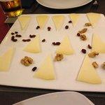 Plato de queso de cabra muy escaso en cantidad