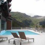 la piscine extérieure chauffée avec vue sur la montagne