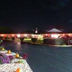 Jardín y estacionamiento de noche