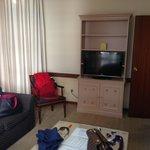salón correcto, pero seria recomendable modernizar el mobiliario
