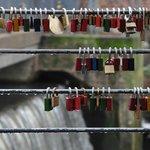 Erinnerungsschlösser am Brückengeländer