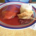 Chile relleno de queso en caldillo de tomate.