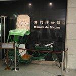 入場口には洒落た緑色の人力車が。
