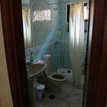 умывальник душ (есть вторая ванная комната: ванная + умывальник)
