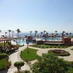 Prachtig uitzicht op het zwembad en strand