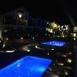 Del av Hotelområdet fr vår balkong kvällstid!