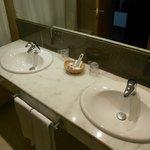 2 lavabos. Baño amplio