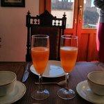 desayuno preparado con la Alhambra al frente
