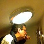 bien pencher la tête pour éviter la lampe
