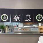 En el NARA puedes ver como elaboran el sushi,ya que su cocina está abierta al salón,también se p