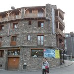 Fachada de piedra del Hotel Ordino