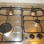 cocina con los fogones sucios (y con uno de ellos abierto)
