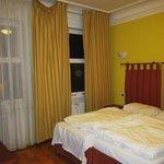 cortinas caidas que no tapan la ventana y camas sin hacer