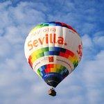 El globo Hay otra Sevilla surcando los cielos de Andalucía