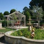 Scatto di un angolo della Zona Arredo Giardino con Gazebo, Tavoli, Panchine, Sedie, Fontane...