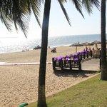 пляж украшают для свадебной церемонии