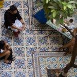 descansando mientras Youssef nos aconsejaba que hacer en Marrakech