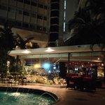 Vista do bar e piscina