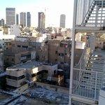 Панорама Тель-Авива, открывающаяся с консольного балкончика сингла на 6-ом этаже