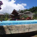 piscine à débordement donnant sur la baie