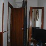 シングルルーム。部屋のドアを開けたところ。