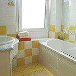 baignoire-douche, lavabo et W.C.