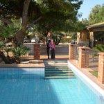 foto della piscina attorniata dalle camere