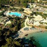Foto aerea spiaggia, piscina e ristoranti