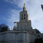 青と空と、白い教会と、金色の聖母像のコントラストがまぶしい!