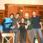 En la cocina con personal del hostel