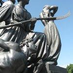 Скульптурная композиция возле парка Шевченко