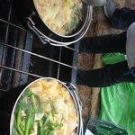 もつ鍋(左)とチゲ鍋。どさっと入れて沸騰するまで待てばいい。