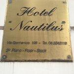 foto  da  placa  do  hotel  na  fachada  do  prédio