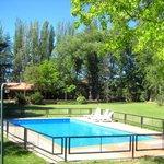 El jardín con la piscina cercada