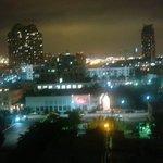 Vista da janela do quarto para Miami à noite