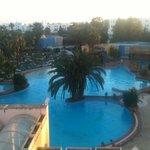 Vue sur piscine   Avec un morceau dé toit !!!!!