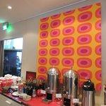 朝食会場にmarimekkoのメローニが。朝から明るい気分になれそうです。
