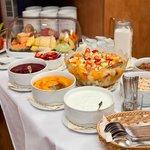 Cerealien, Joghurt, frisches Obst zum Frühstück