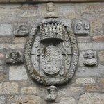 Cambados - Bodegas del Palacio de Fefiñanes - Escudo de la familia Valladares en el Patio de Arm