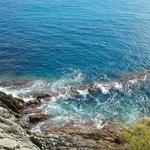 Волны бьются о скалы
