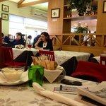 Tavolo e parte di sala