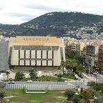 Справа от Акрополя отель - светло-бежевый