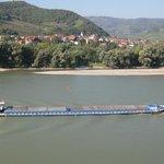 a menudo se ven barcos, barcazas, chatas por el Danubio