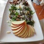 Frango e salada verde com maças